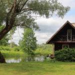 Saunamaja tiigi ääres